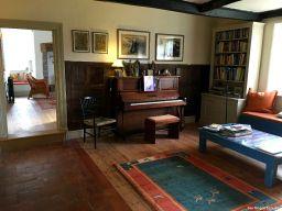 Bibliothek mit vielen Garten- und Reisebüchern