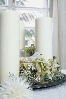 Weiß- und Crémetöne wirken immer edel für Adventsgestecke