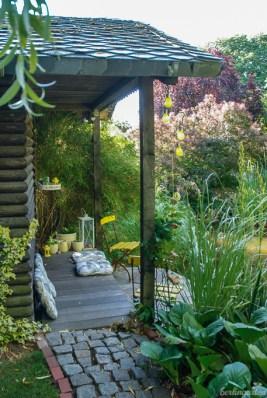 """Im """"Haus am See"""" hat Marion eine Ausstellung über die Entstehung des Gartens eingerichtet. Die Accessoires vor dem Haus strahlen alle in Sonnengelb"""