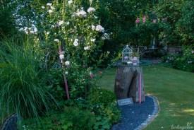 Gruppen von Pflanzen schön arrangiert unterbrechen die großen Rasenflächen und bringen Höhe und damit Spannung in die Gestaltung