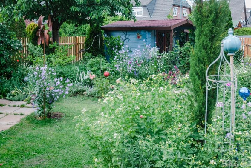 Blick zum blauen Gartenhaus
