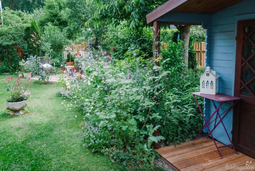 Blick vom Gartenhaus Richtung Sitzecke