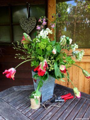 Frisch arrangiert und noch im Garten: der Strauß aus Flieder, Tulpen, Akeleien und anderen Gartenzutaten