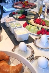 Auch das Frühstück ist hübsch dekoriert