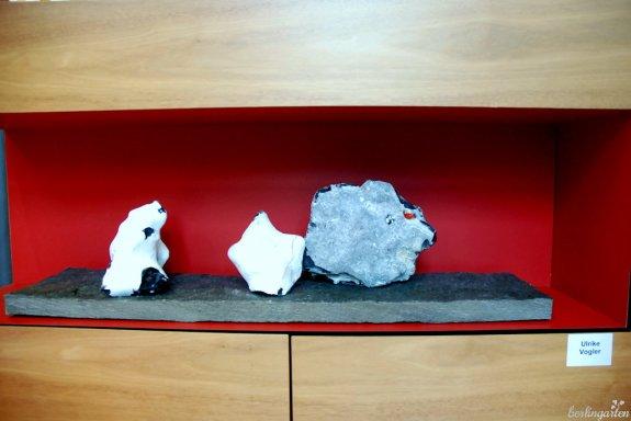 Ja, da ist auch Pflanze: Hagebutte auf Stein von Ulrike Vogler