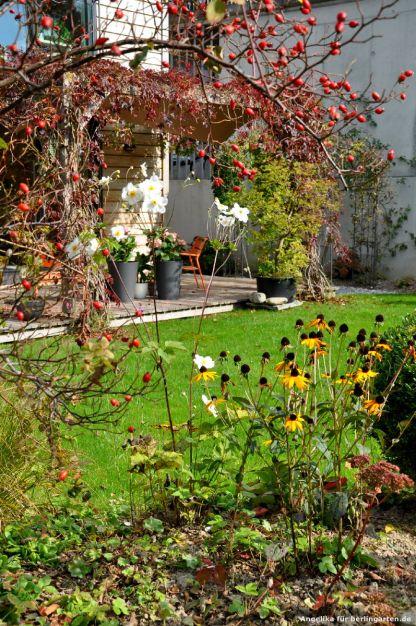 Die Terrasse ist berankt und erhält so eine Verbindung zum Garten