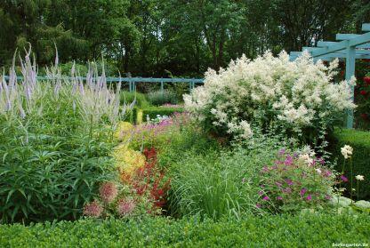 Karl Foerster lässt grüßen: der formale Garten ist eine Pracht an Üppigkeit