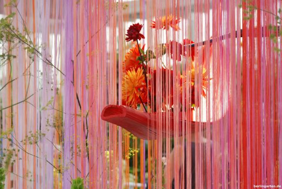 Hängende Gärten der Ikenobo Schule mit Fadenvorhängen, Fenchel und Muschelblume