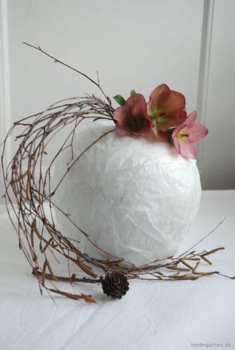 Lenzrose im Ikebana-Stil