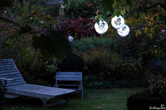Lampions aus Papier mit Farn bekleben