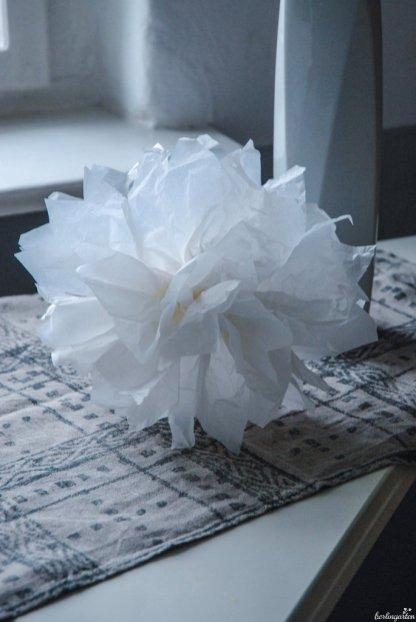 Schön fluffig: ein Pompon aus weißem Seidenpapier