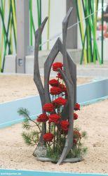 Rote Rosen und Kiefern mit grauem Holz. (Den Namen habe ich leider nicht notiert. Hinweise gern :-)