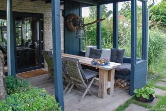Optimal für schon kühlere Abende: die Terrasse vorm Gartenhaus