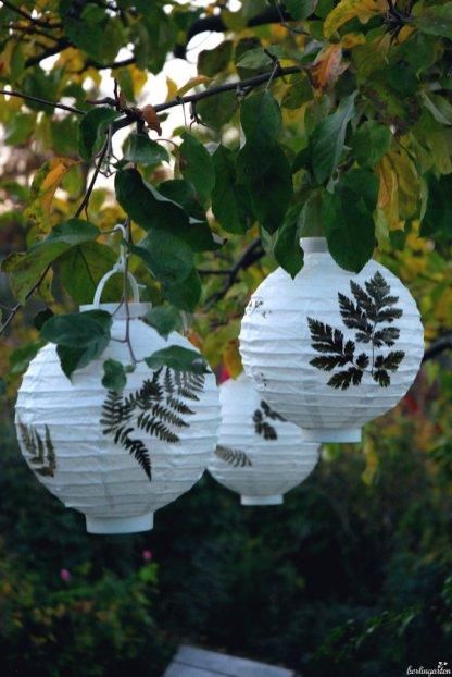 Weiße Lampions sehen im Baum hübsch frisch aus