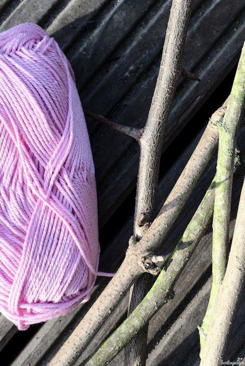 Für die Pompons brauchst du Wolle und Zweige