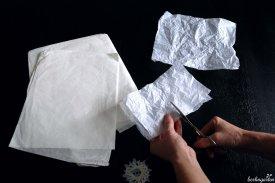 Erst knülle ich das Papier, da ich es wuschelig mag, dann schneide ich gleichgroße Quadrate