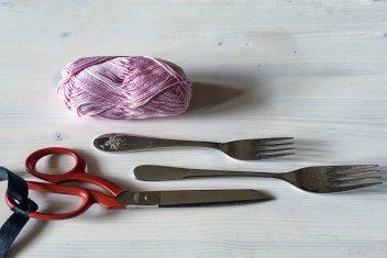 Da sind die Zutaten: Wolle, Schere, Gabeln in verschiedenen Größen. Toll sind die kleinen