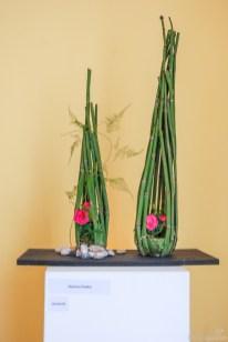Barbara Raabe zeigt Rosen im Schachtelhalm-Korb