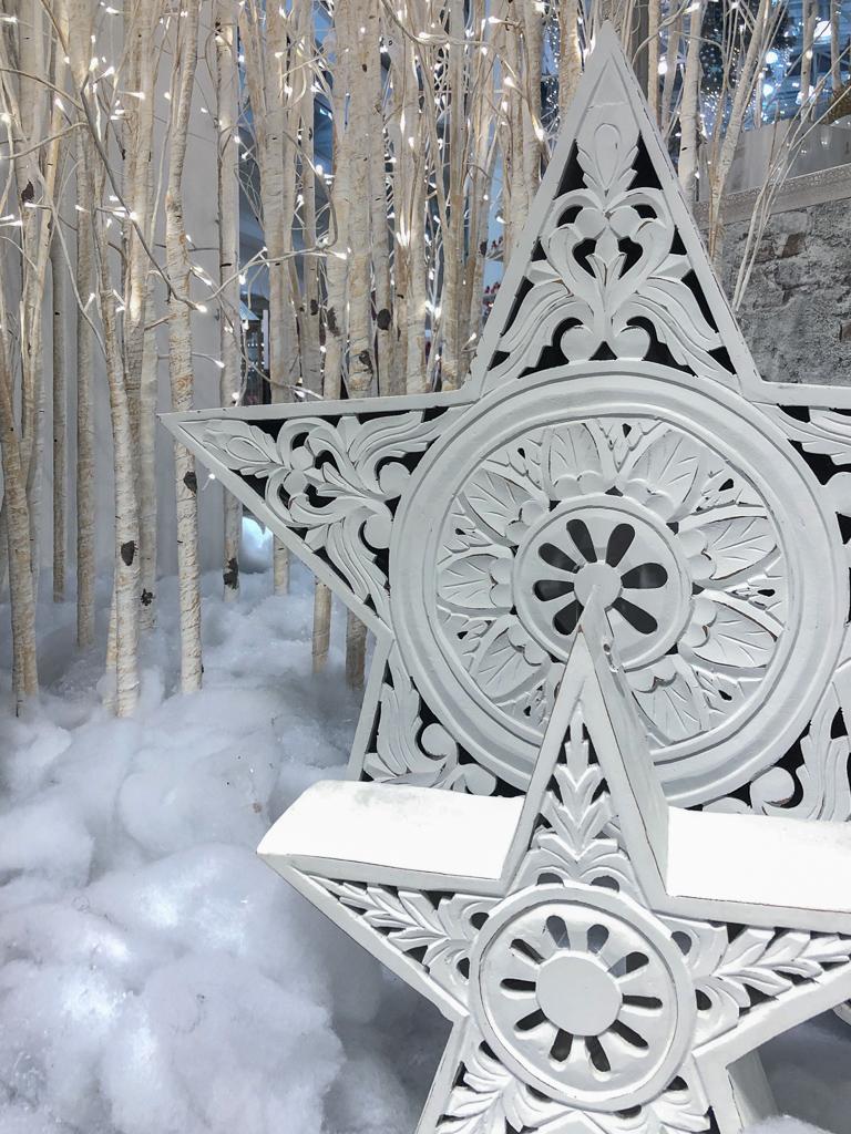 Weiße Deko im Schnee