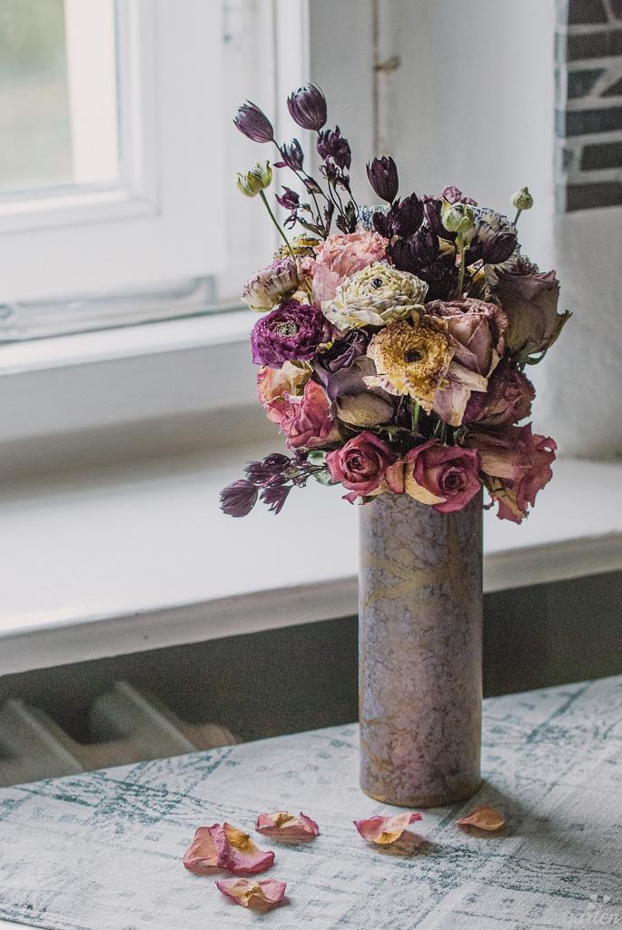 Trockenstrauß mit Rosen und Ranunkeln