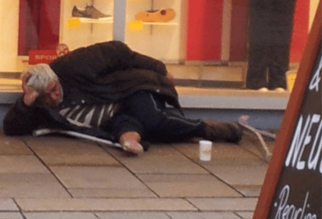 Mit diesem schockierenden Foto eines Obdachlosen vor einem Sportschuh-Geschäft sucht die Berliner Kältehilfe auf Facebook dringend um Unterkünfte (Foto: gemeinnützige GEBEWO - Soziale Dienste - Berlin GmbH aus Schmargendorf als Träger der Kältehilfe für Obdachlose)