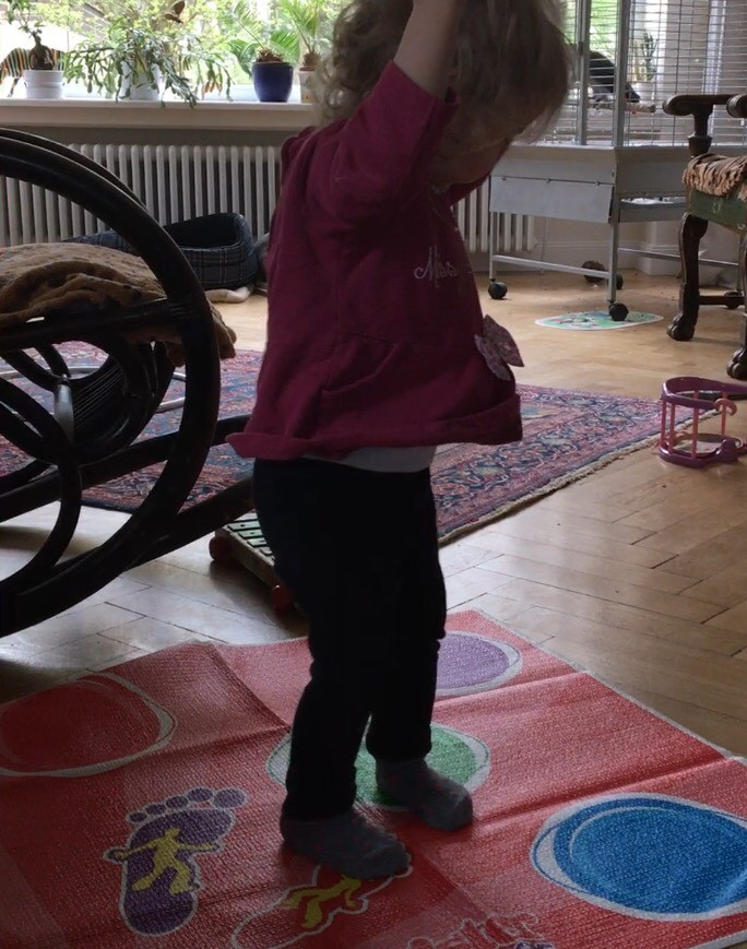http://www.berlondon-mama.de/wp-content/uploads/2017/04/Cousine spielt Twister Move
