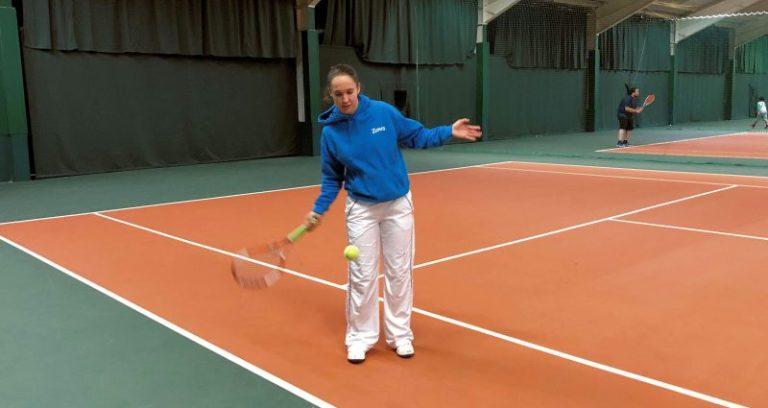 Tennisspielen am sportlichen Sonntag