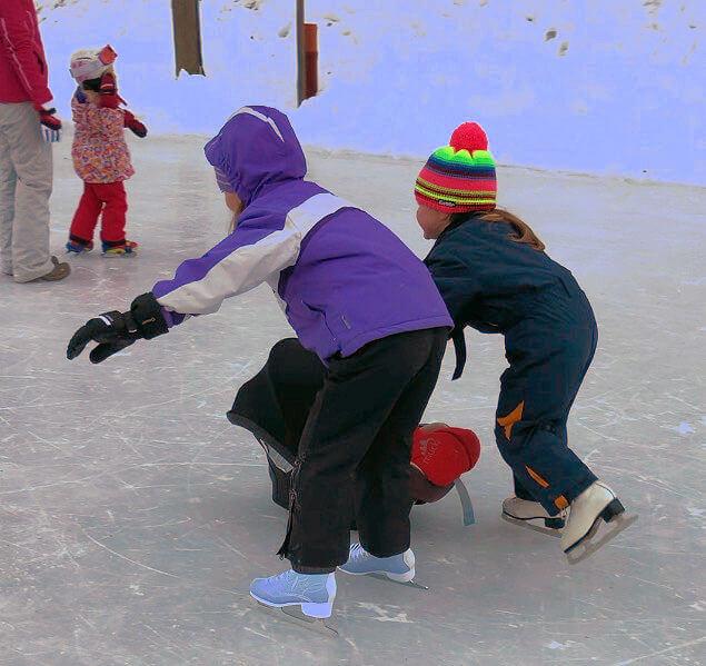 Eislaufen mit Kindersitz als Hilfe