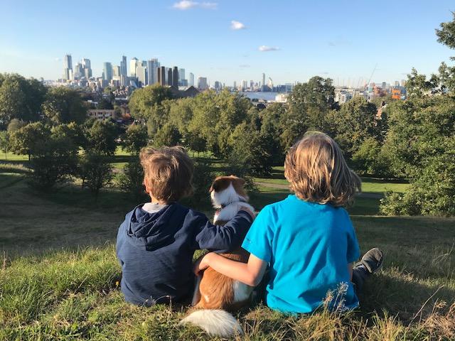 Zwei Jungen in Greenwich Park mit Blick auf London City