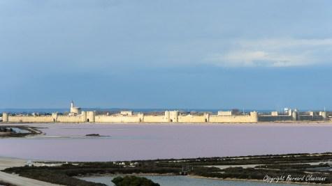 Aigues-Mortes, ses remparts, depuis le sommet d'une camelle des Salins du Midi