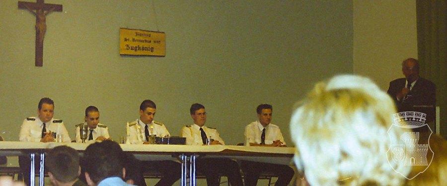 """Der """"Elferrat"""" beim Königsehrenabend 2001, am Mikrofon BSV-Vizepräsident Gerd Peters."""