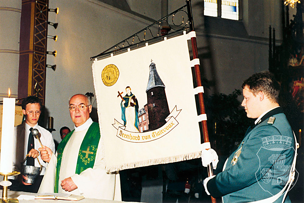 Monsignore Auel weiht unsere Standarte während des Gottesdienstes am Kirmessonntag 2001.