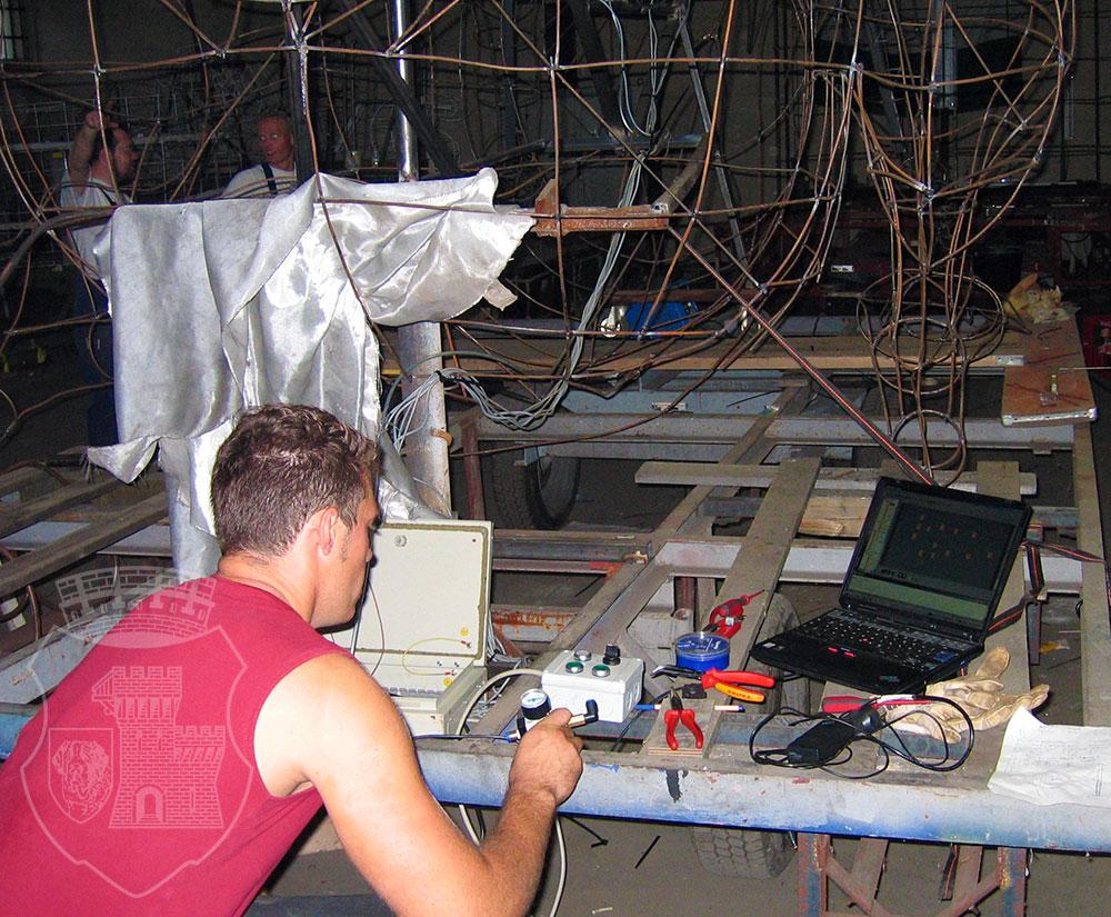 Mechatronik-Profi Tim programmiert die Scrat-Steuerung.