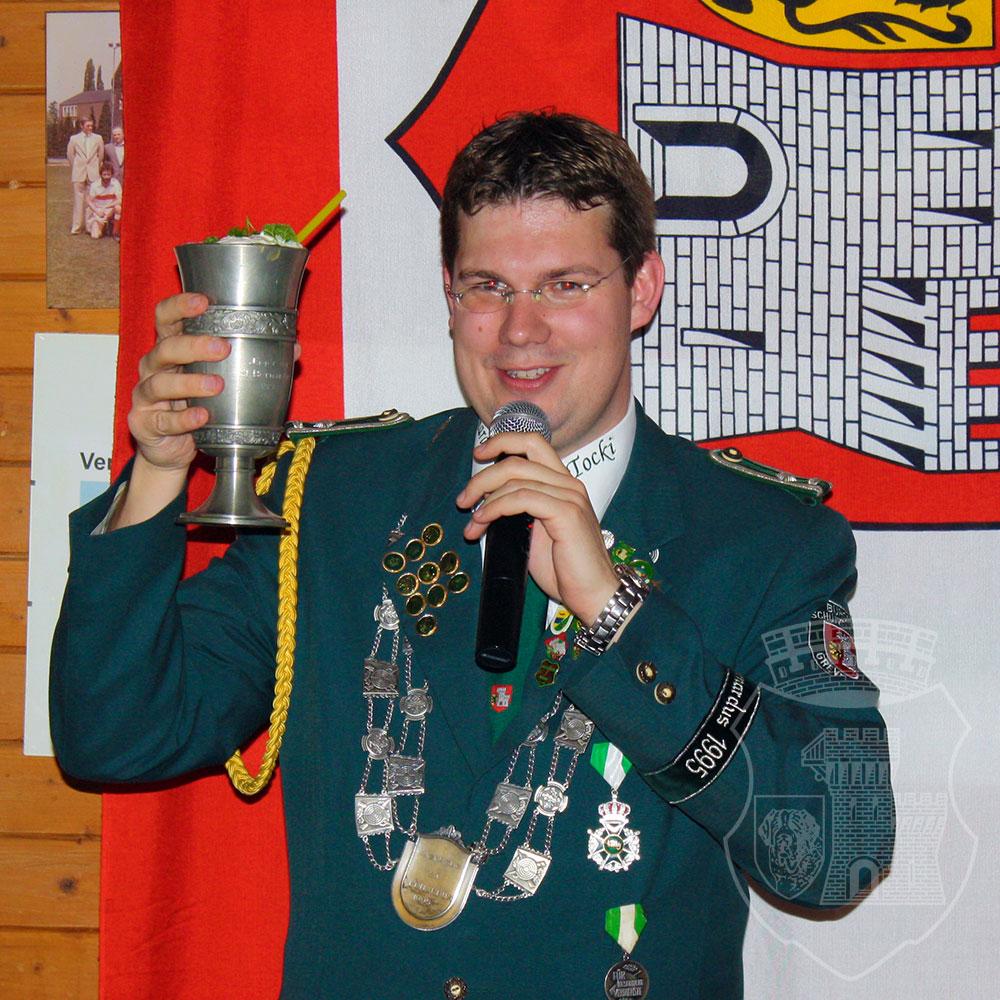 S.M. Tocki IV. erhebt den Pokal mit dem Königstrunk.