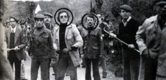 Ezker-eskuin, aurpegia zirkulu batez, Augusto Cauchi eta Steffano dlla Chiaie, Internazional Faxistako buruzagia, Jurramendiko erasoetan. Argazkiaren eskuin-ertzean, 'gabardina zuriko gizona' deiturikoa, pistola ateratzeko unean. Gizon horrek, Espainiako