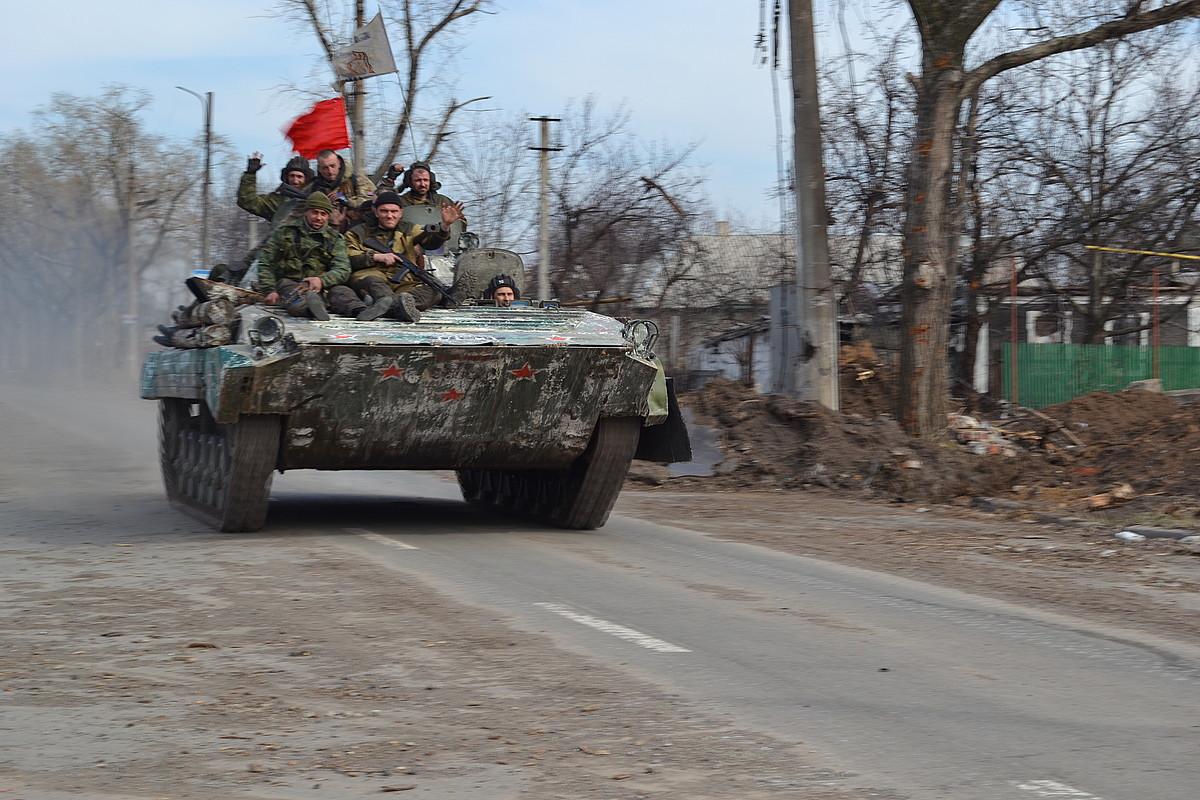 Vostok batailoiko kideak tanke baten gainean, Donetskeko aireportuaren inguruan.