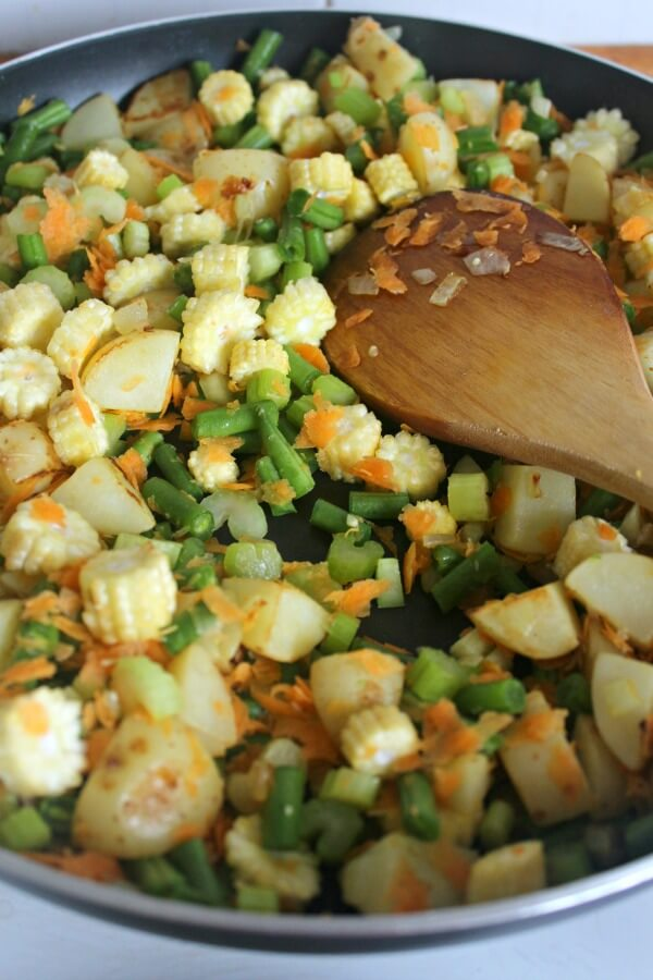 Fresh & Light Summer Veggie Fish Pie. A lighter, flavoursome fish pie packed with summer vegetables. Very easy to make | berrysweetlife.com