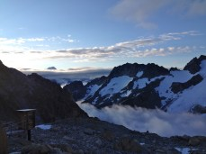 Au petit matin le ciel s'est éclaircit même si de nombreux nuages flottent au-dessus du glacier.