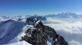 Le sommet de la pointe d'aveu avec une vue incroyable sur le massif du Mont Blanc
