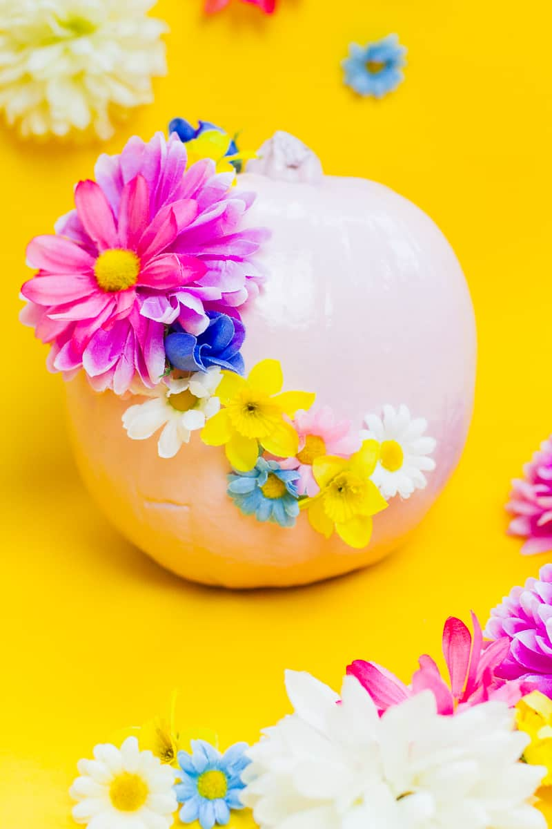 diy-floral-flower-pumpkins-in-pastel-pink-girlie-tutorial-with-faux-fake-flowers-for-halloween-autumn-fall-wedding-decor-7