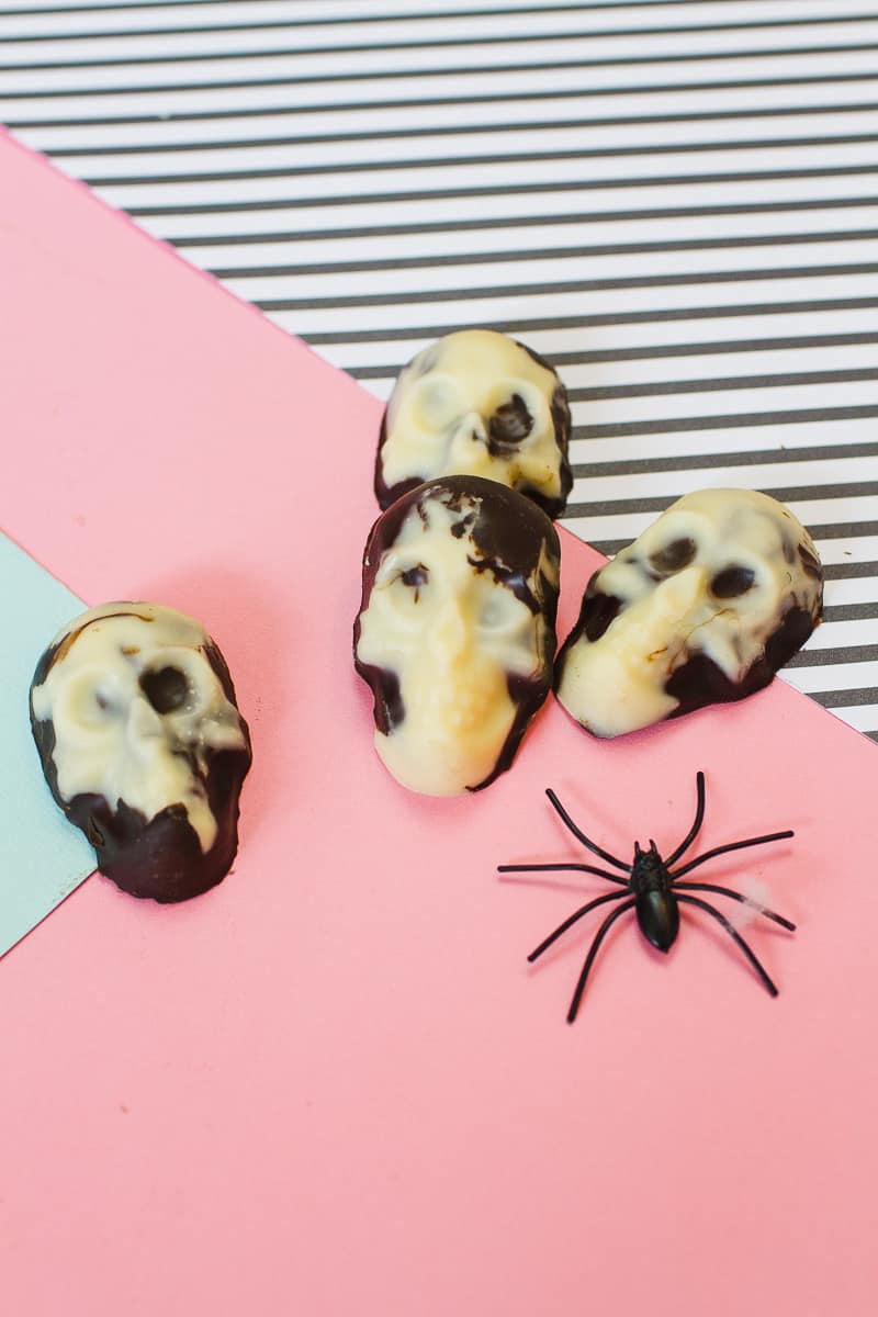 marble-chocolate-skulls-halloween-candy-diy-tutorial-recipe-favours-day-of-the-dead-white-dark-chocolate-16