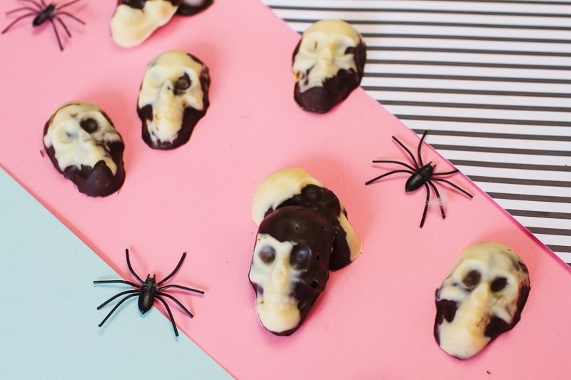 marble-chocolate-skulls-halloween-candy-diy-tutorial-recipe-favours-day-of-the-dead-white-dark-chocolate-9