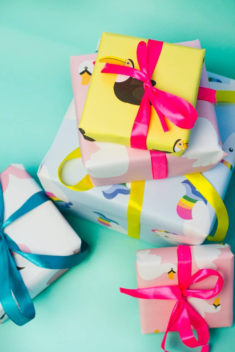 20-favourite-christmas-diys-pool-float-gift-wrap
