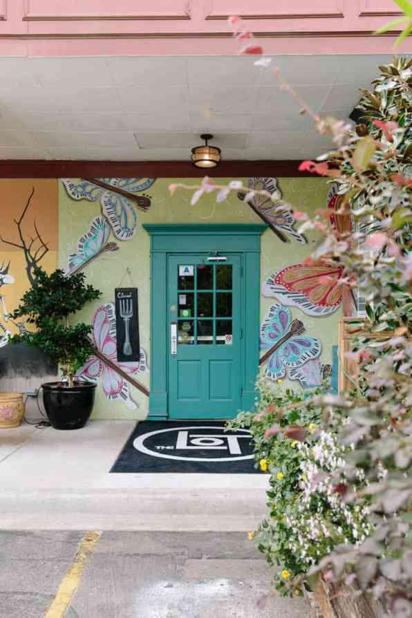 INTIMATE WEDDING IN THE COLORFUL CHARLESTON POUR HOUSE TAVERN (8)