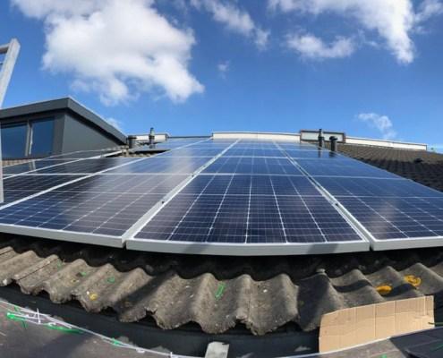 Foto onderaan zonnepanelen