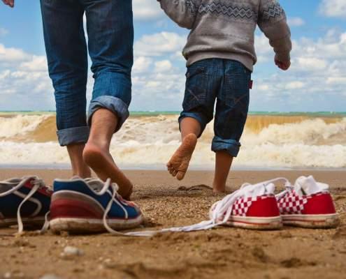wandelen met kind op strand