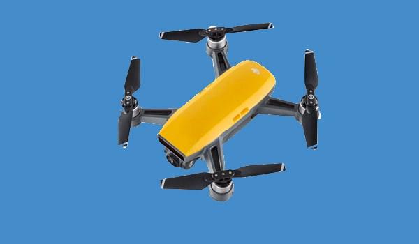 Dji Spark giallo su sfondo blu