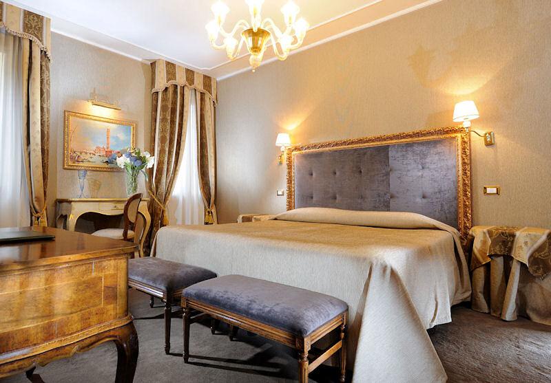 Guest room of Ca' dei Conti, romantic hotel in Venice Italy
