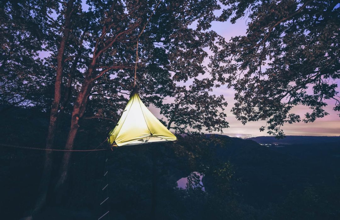 dormir dans une tente suspendu dans un arbre
