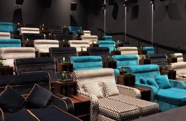 Σινεμά με διπλά κρεβάτια και μαξιλάρια
